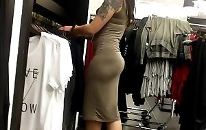 Asiatica que atiende en las galerias de ropa bajalo en pdi2.net/W6