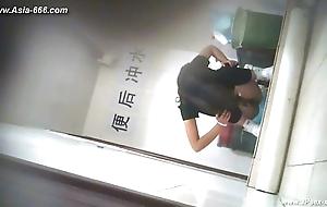 chinese girls hasten to toilet.17